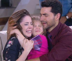 """Em """"Carinha de Anjo"""", Dulce Maria (Lorena Queiroz) chora ao reencontrar Cecília (Bia Arantes) e Gustavo (Carlo Porto)"""