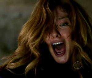 "Julia (Rachelle Lefevre) se desespera ao ver Barbie (Mike Vogel) caindo no túnel em ""Under The Dome"""