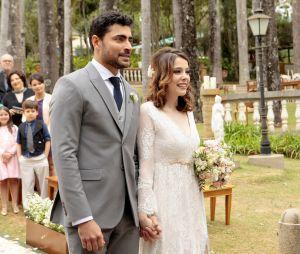 """Novela """"Carinha de Anjo"""": Gustavo (Carlo Porto) e Cecília (Bia Arantes) se casam mesmo apesar dos problemas do passado"""