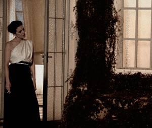 """Gilda (Cássia Kis Magro) morre de ciúmes ao ver Duda (Sophie Charlotte) e Bruno (Daniel Oliveira) juntos em """"O Rebu"""""""