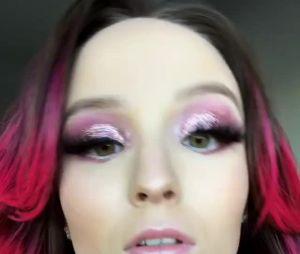 Larissa Manoela aparece linda de cabelo rosa