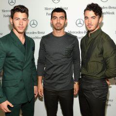Jonas Brothers visitam escola onde estudaram na infância