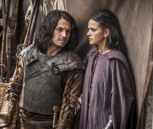 """Em """"Deus Salve o Rei"""": Afonso (Romulo Estrela) desmascara Catarina (Bruna Marquezine) e descobre que filho que ela espera não é dele"""