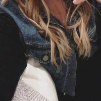 Demi Lovato volta a ser loira e posta foto do novo visual