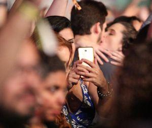 Juliana Paiva e Nicolas Prattes são vistos aos beijos em show