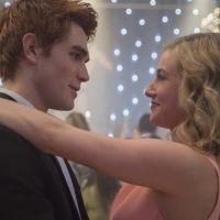 """De """"Riverdale"""": 3ª temporada ganha novas fotos e mostra Archie e Betty se divertindo no verão"""