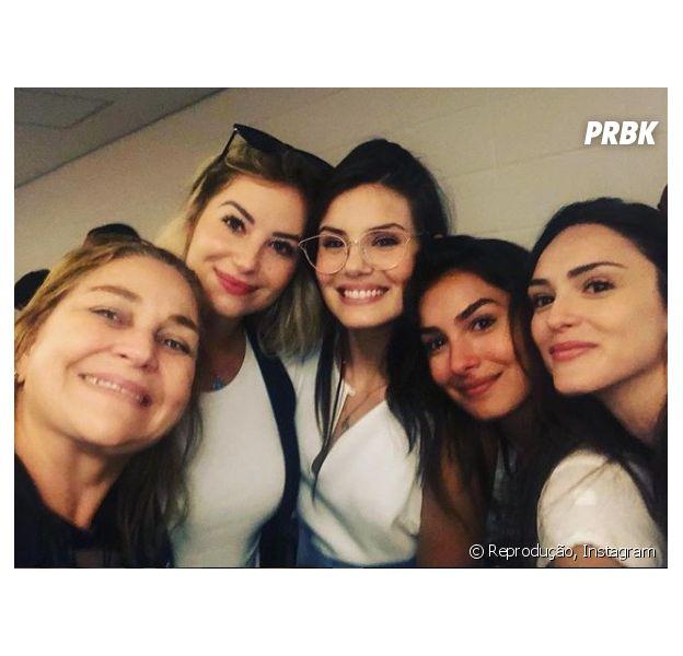 """Camila Queiroz e elenco de """"Verão 90 Graus"""" posam juntas em nova foto!"""