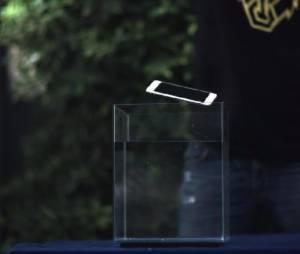 iPhone 6 é derrubado em um aquário cheio d'água