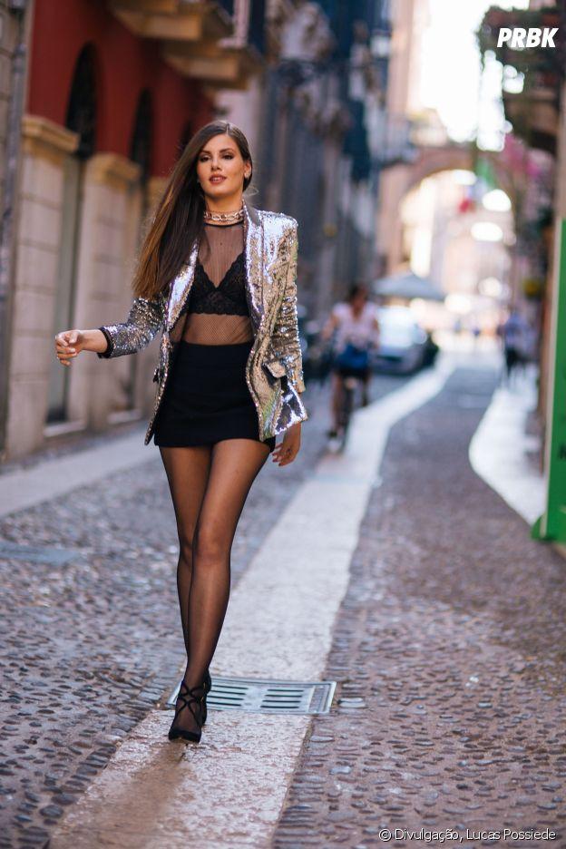 Camila Queiroz aposta em lingerie à mostra para evento da grife Intimissimi, na Itália