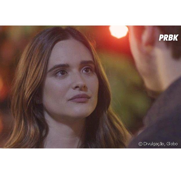 """Em """"O Tempo Não Para"""", Marocas (Juliana Paiva) flagra beijo entre Samuca (Nicolas Prattes) e Waleska (Carol Castro)"""