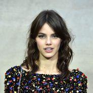 Laura Neiva esbanja estilo no desfile da Chanel em Paris