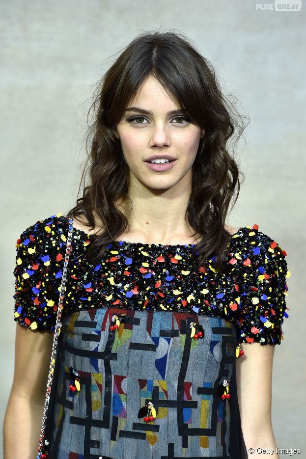 Laura Neiva confere de perto o desfile da Chanel na Semana de Moda de Paris