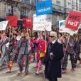 O desfile Chanel teve momento inusitado quando as modelos e o estilista entraram protestando