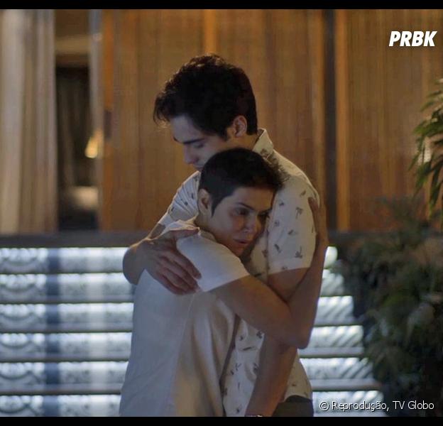 """Na reta final de """"Segundo Sol"""", Karola (Deborah Secco) salva Valentim (Danilo Mesquita) de tiro dado por Laureta (Adriana Esteves)"""
