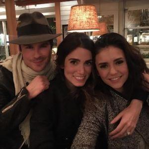A Nina Dobrev acha que é tranquilo ser amiga de Ian Somerhalder e Nikki Reed e ela está certíssima!