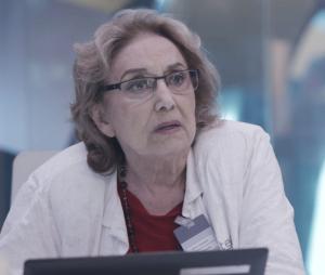 """Em """"O Tempo Não Para"""": Petra (Eva Wilma) faz chantagem comMarocas (Juliana Paiva)"""