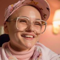 "Joey King aparece irreconhecível no teaser arrepiante de ""The Act"", nova série do Hulu"