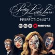 "Em ""Pretty Little Liars: The Perfectionists"", Alison (Sasha Pieterse) conta para Mona (Janel Parrish) o que rolou entre ela e Emily (Shay Mitchell)"