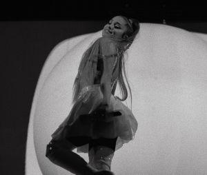 """Ariana Grande anuncia quando irá lançar """"She Got Her Own"""", parceria com Victoria Monét"""