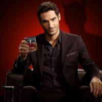 """Tom Ellis fica pelado para provar que """"Lucifer"""" na Netflix vai ser mesmo tudo que os fãs pediram"""