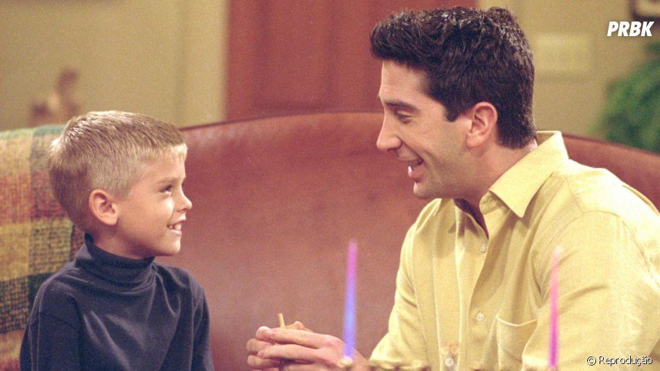 """Em """"Friends"""", Cole Sprouse interpretava Ben Geller, o filho de Ross (David Schwimmer)"""