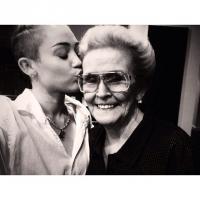 Miley Cyrus exibe nova tatuagem no braço e faz homenagem a avó