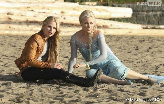 """Em """"Once Upon a Time"""", Emma (Jennifer Morrison) e Elsa (Georgina Haig) se surpreendem com uma novidade na praia"""