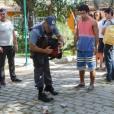 """Em """"Alto Astral"""", a polícia encontra o dinheiro do bazar escondido na mochila de Emerson (Sérgio Malheiros)"""