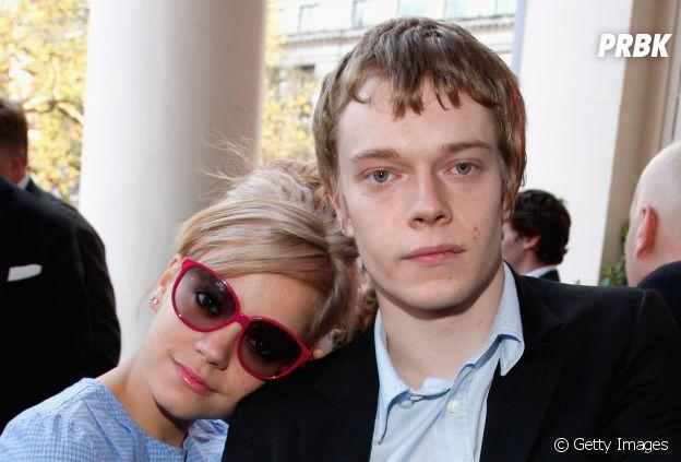 """Alfie Allen, de """"Game of Thrones"""", é irmão de Lily Allen"""
