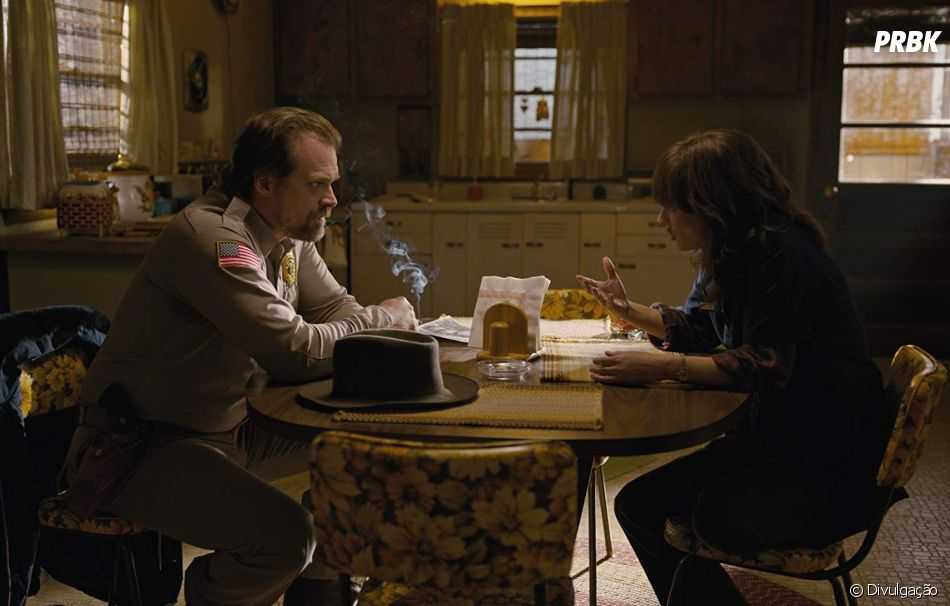 """Em """"Stranger Things"""", Hopper (David Harbour) é o detetive, mas Joyce (Winona Ryder) é bem boa na profissão também! De forma amadora, claro"""