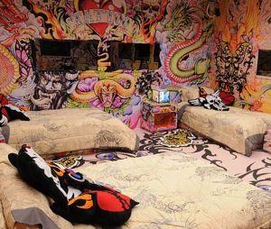 """""""BBB"""": Quarto Tatuagem recebeu desenhos e cores chamativas por todas as paredes"""