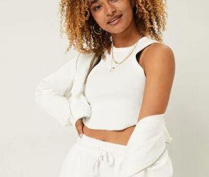 Mélanie Thomas veste conjuntinho todo em branco