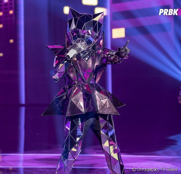 """Quem você acha que é a celebridade por trás da fantasia de Gata Espelhada em """"The Masked Singer Brasil""""? Vote agora na enquete!"""
