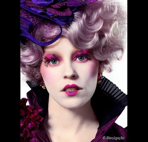"""É só arrasar na peruca e pesar a mão na maquiagem pra se sentir na pele da Effie Trinke, de """"Jogos Vorazes""""!"""