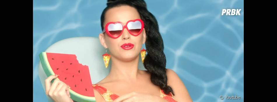 """Por usar muitas frutas como acessório em sua carreira, Katy Perry virou """"Shui guo jie"""", ou """"irmã da fruta"""", na China"""