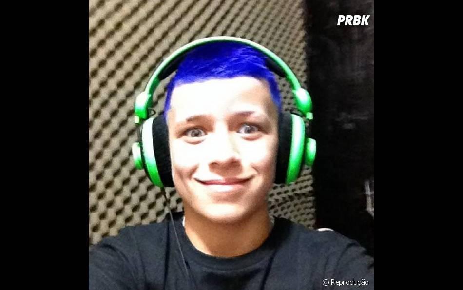 MC Pedrinho de cabelo azul? Gente, esse menino não para