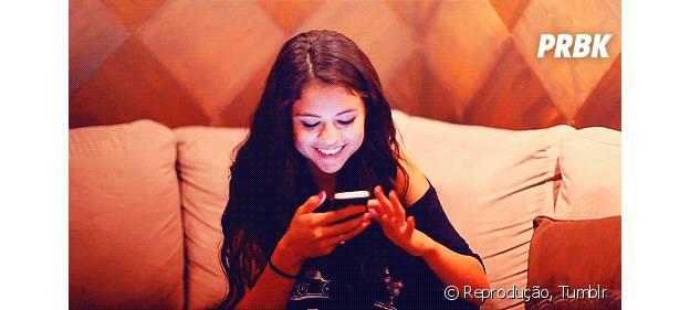 Selena Gomez com novo smartphone