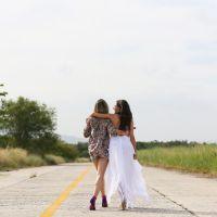 """Reta final de """"Boogie Oogie"""": Isis Valverde e Bianca Bin se divertem nos bastidores da novela"""