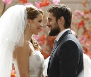 """Em """"Império"""", Cristina (Leandra Leal) e Vicente (Rafael Cardoso) se emocionam um ao lado do outro"""