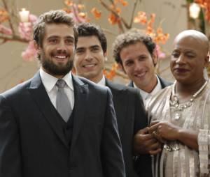 """Vicente (Rafael Cardoso) fica emocionado ao ver Cristina (Leandra Leal) entrar no altar em """"Império"""""""