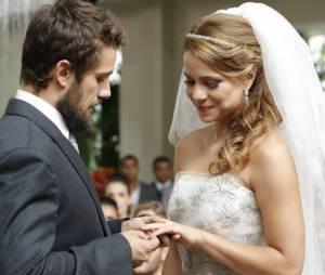 """Em """"Império"""", Cristina (Leandra Leal) e Vicente (Rafael Cardoso) trocam alianças"""