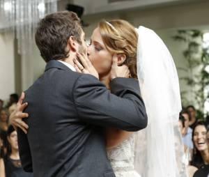 """Cristina (Leandra Leal) e Vicente (Rafael Cardoso) se beijam depois de se casarem em """"Império"""""""