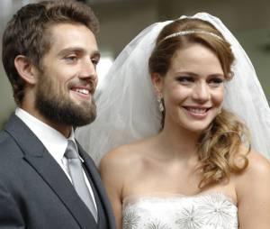 """Em """"Império"""", Cristina (Leandra Leal) e Vicente (Rafael Cardoso) não tiram o sorriso do rosto depois de se casarem"""