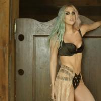 """Ke$ha surge com novo visual no clipe de """"Timber"""" em parceria com o Pitbull"""