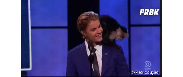 Justin Bieber posa com seu macaco de estimação