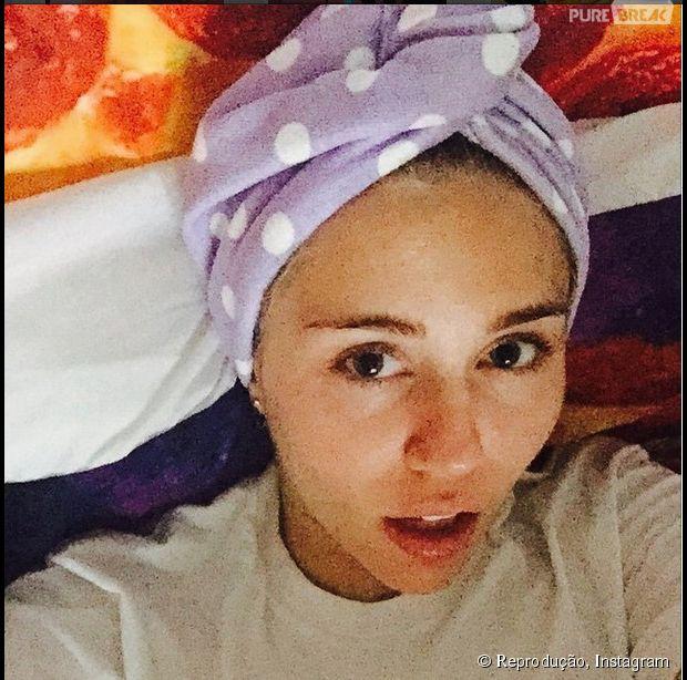 Miley Cyrus publica foto nua em banheira e com cigarro suspeito e causa muito no Instagram!