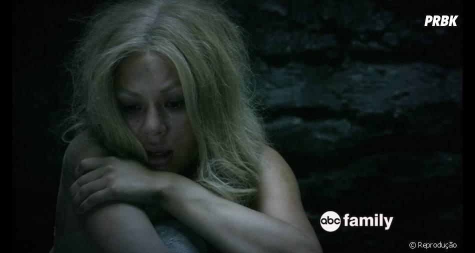 "Mona (Janel Parrish) está presa e assustada em ""Pretty Little Liars"""