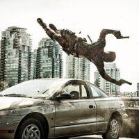 """De """"Deadpool"""": Ryan Reynolds aparece sobrevoando um carro em nova foto postada no Instagram"""
