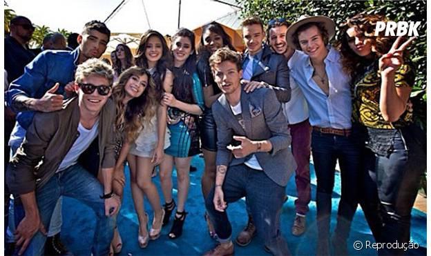 Integrantes das bandas One Direction e Fifth Harmony posam juntos em evento