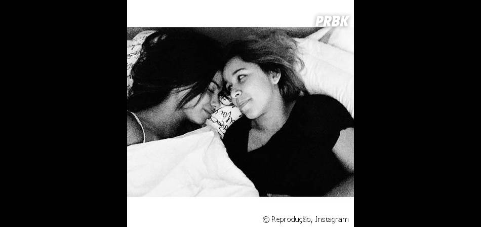 Anitta e Juliana de Paiva dividem a mesma cama